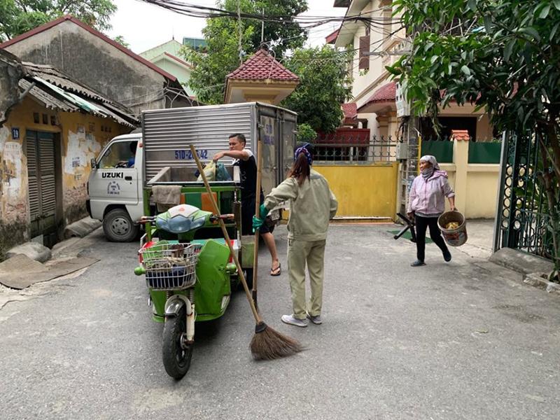 Xe lôi điện chở rác góp phần làm đẹp cảnh quan môi trường Thủ đô